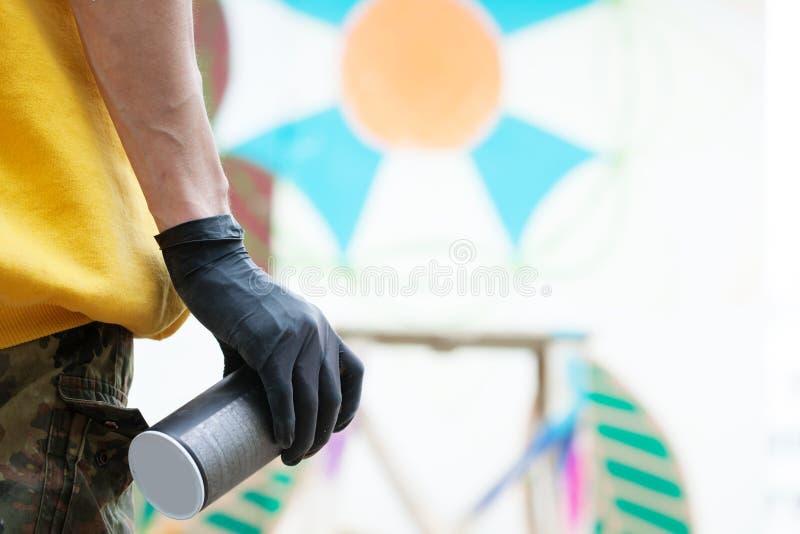 Graffiti artysty ręka z kiści puszką, zakończenie zdjęcia royalty free