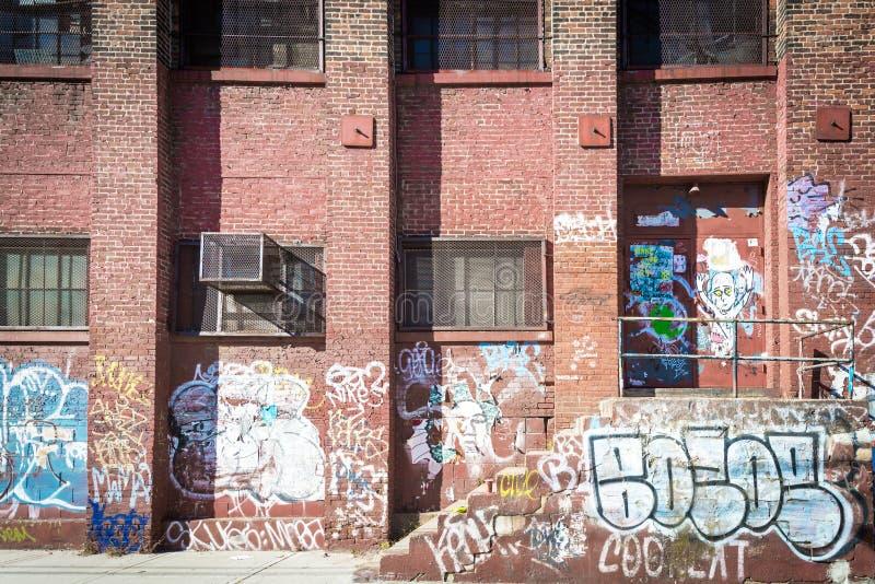 Graffiti auf einem Backsteinbau in Brooklyn lizenzfreie stockfotografie
