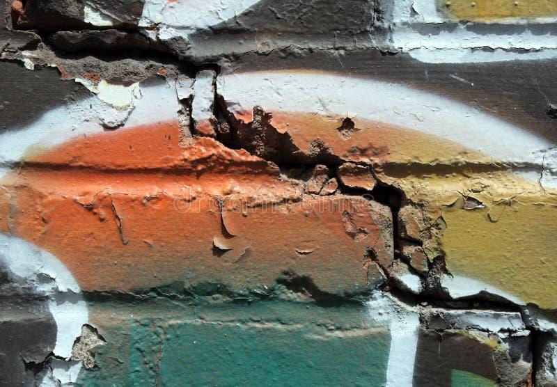 Graffiti auf einer gebrochenen Wand stockbilder