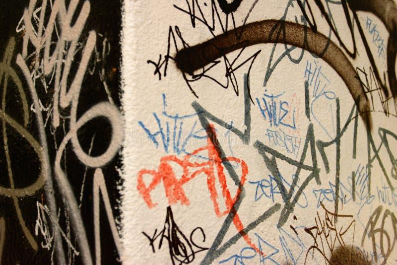 Graffiti auf einer Schwarzweiss-Wand lizenzfreies stockbild