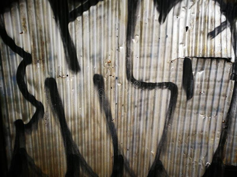 Graffiti auf gewölbtem Metall lizenzfreies stockfoto
