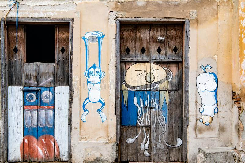 Graffiti auf Haus und Türen in Santiago de Cuba stockbilder