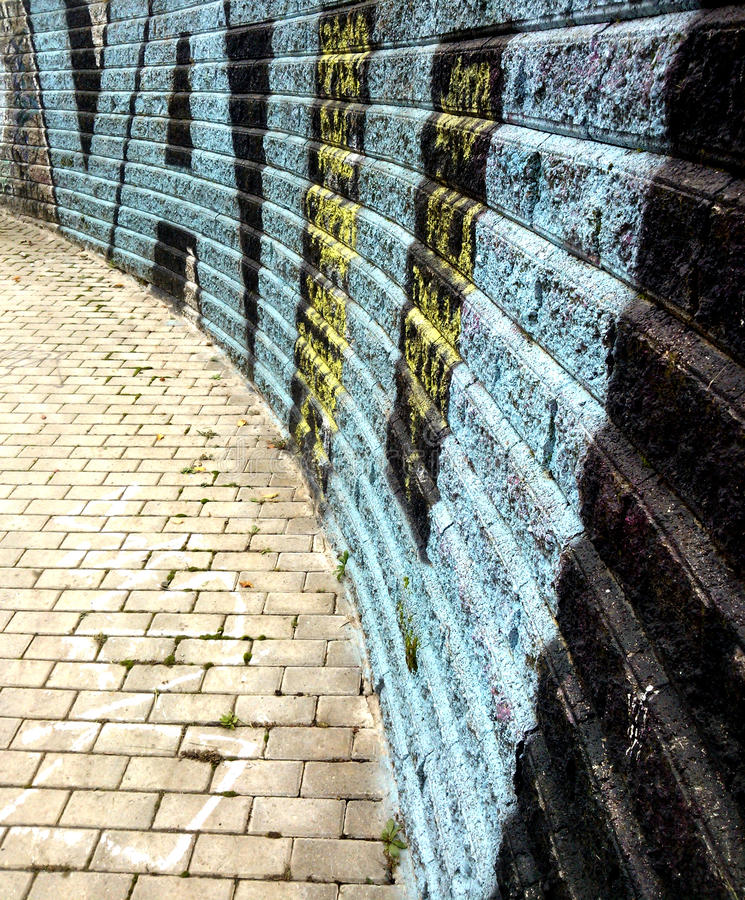 Graffiti-Backsteinmauer stockfoto