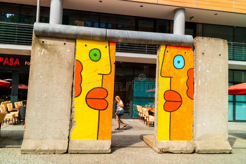 Graffiti brillantemente colorati su un segmento di Berlin Wall originale fotografia stock libera da diritti