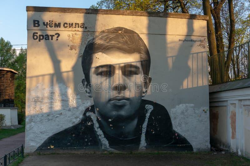 Graffiti con un ritratto di Sergei Bodrov Vicino ad Alexander Nevsky Lavra immagine stock