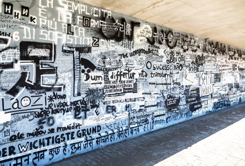 Graffiti d'art de rue sur le mur texturisé photographie stock libre de droits