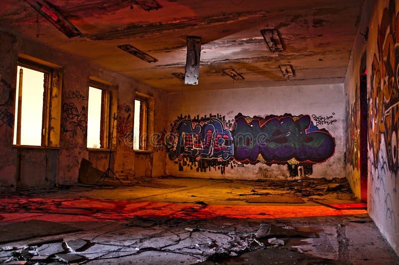 Graffiti dans la construction industrielle abandonnée images stock