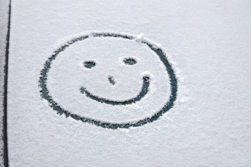Graffiti dans la neige sur le pare-brise de la voiture images stock
