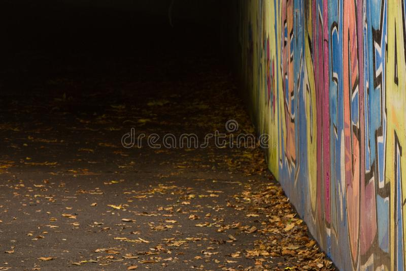 Graffiti dans le passage souterrain images stock