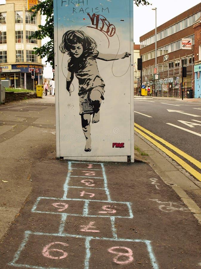 Graffiti de rue d'une fille jouant le jeu de marelle image libre de droits