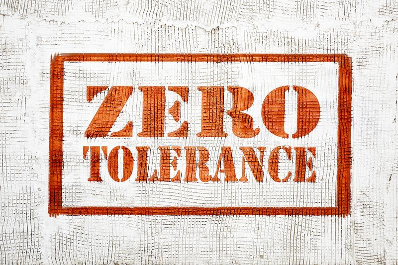 Graffiti de tolérance zéro sur le mur de stuc images stock