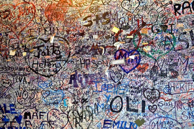 Graffiti degli amanti ai Di Giulietta Verona Italy della casa della Camera di Juliet immagini stock libere da diritti