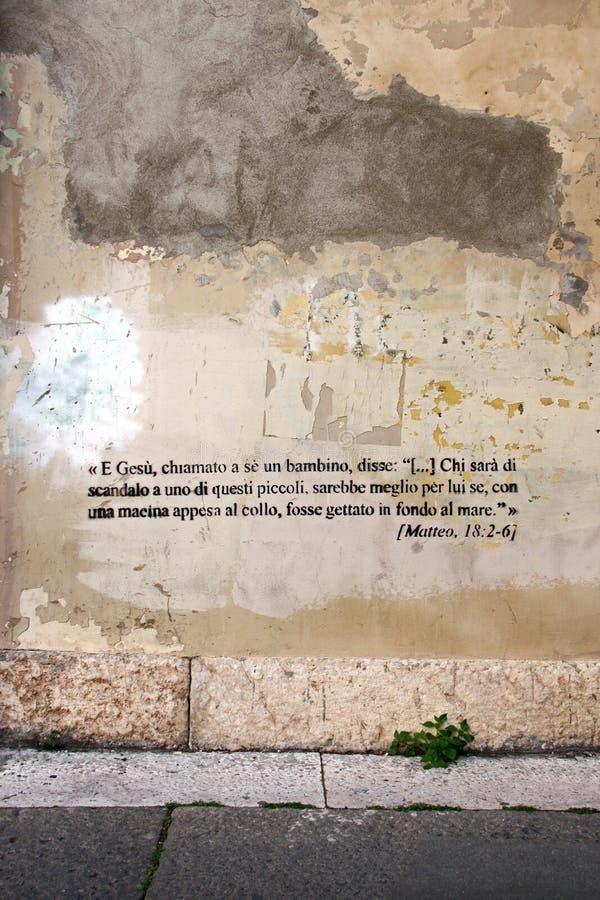 Graffiti del testo della bibbia fotografie stock