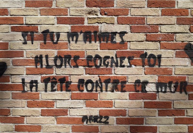 Graffiti del testo sul muro di mattoni esterno fotografia stock libera da diritti