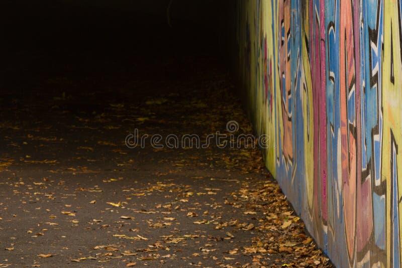 Graffiti in der Unterführung stockbilder