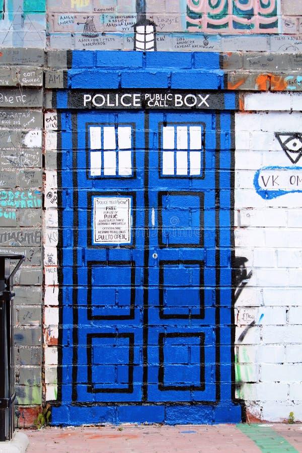 Graffiti des traditionellen britischen Polizeikastens lizenzfreie stockfotografie