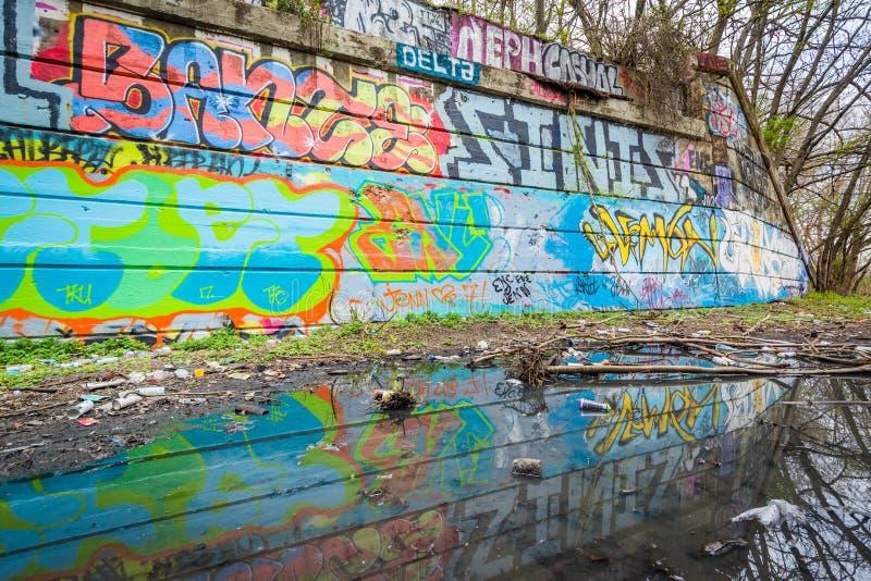 Graffiti, die in einer Pfütze am Graffiti-Pier in Philadelphia, Pennsylvania sich reflektieren stockfotos