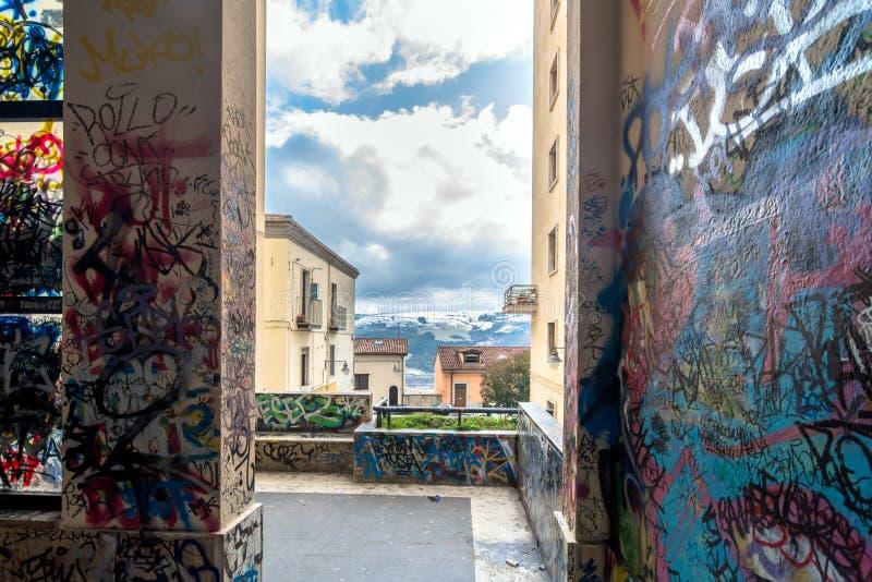 Graffiti dipinti illegalmente sulla parete pubblica a Potenza, Italia immagini stock