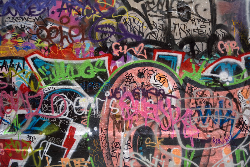 Graffiti e parete riempita etichetta immagine stock libera da diritti