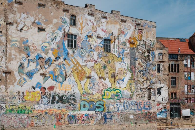 Graffiti e pitture murale sulla facciata della costruzione accanto a Kunsthau fotografia stock