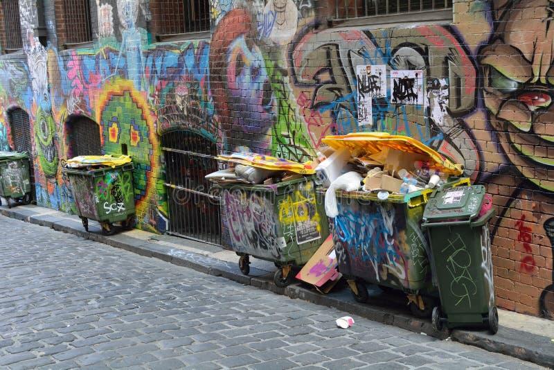 Graffiti e rifiuti in vicolo fotografia stock
