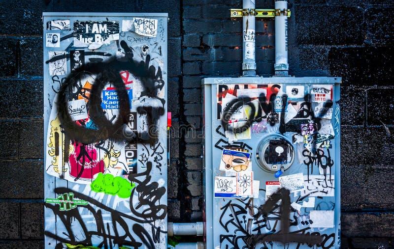 Graffiti ed autoadesivi sui misuratori di potenza in piccolo cinque punti, Atl immagine stock
