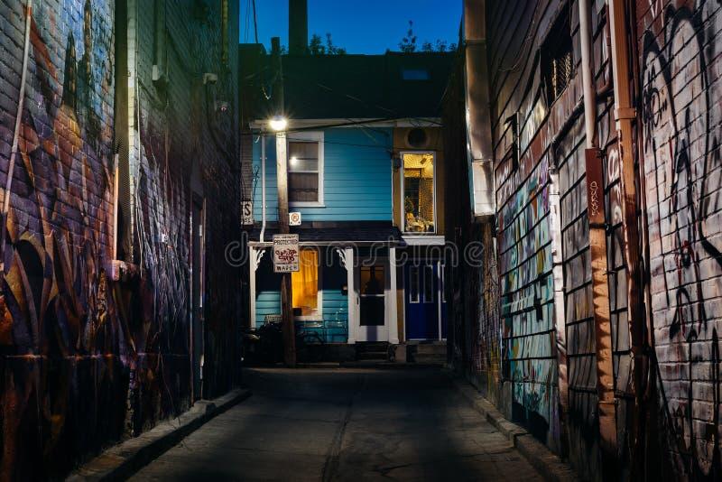 Graffiti in einer Gasse und ein blaues Haus nachts in Kensington Mrz lizenzfreie stockfotos