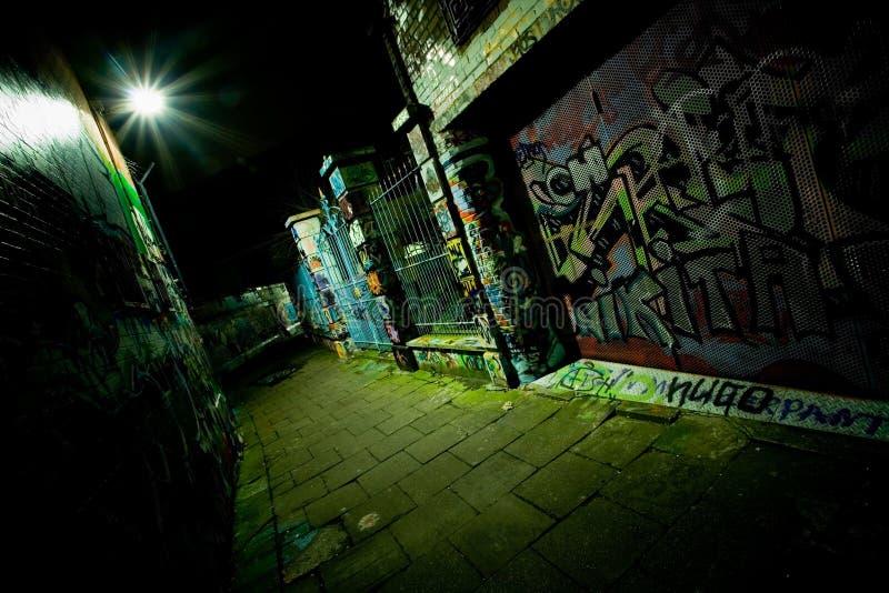Graffiti-Gasse nachts stockfoto