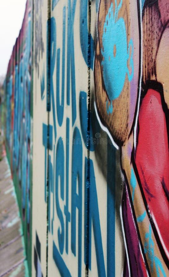 Graffiti gemalt auf einer Betonmauer lizenzfreie stockbilder