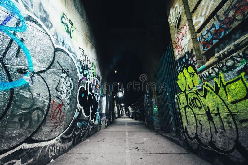 Graffiti gesehen auf dem Manhattan-Brücken-Gehweg, im niedrigeren Osten stockfotografie