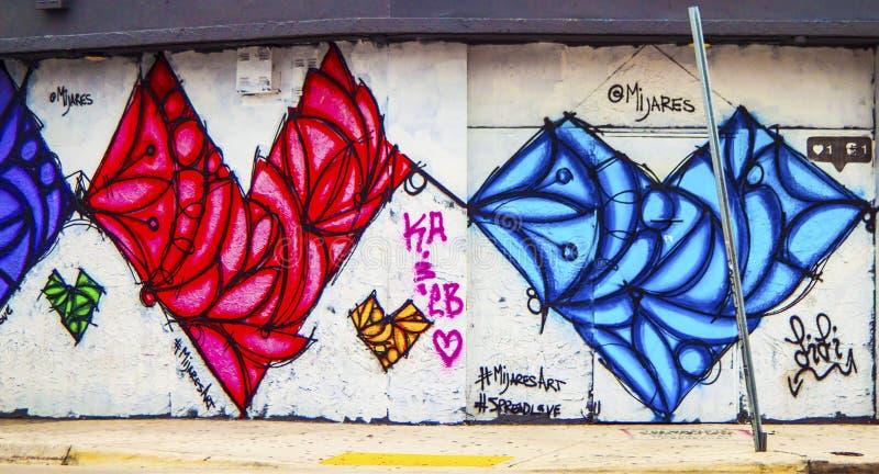 Graffiti HBlue i Czerwony serce na stronie budynek zdjęcia stock