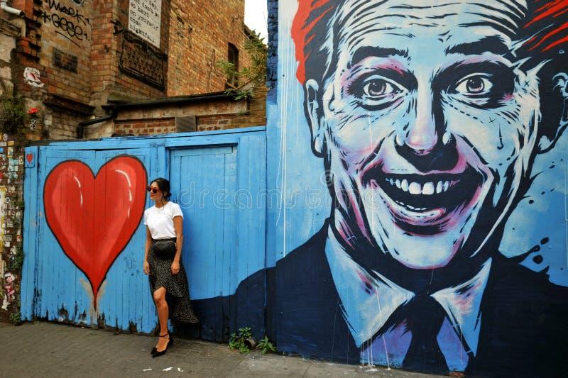 Graffiti iconique dans la rue de Hanbury, ruelle de brique, Londres est photos stock