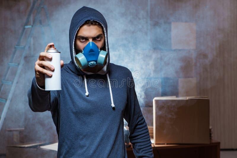 Graffiti malarz w ciemnym smokey pokoju obraz royalty free
