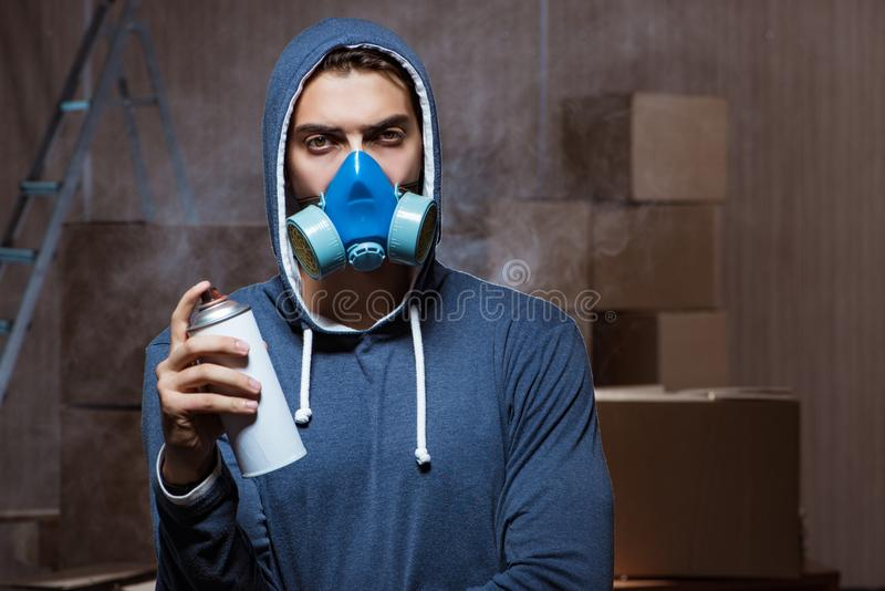 Graffiti malarz w ciemnym smokey pokoju zdjęcie royalty free