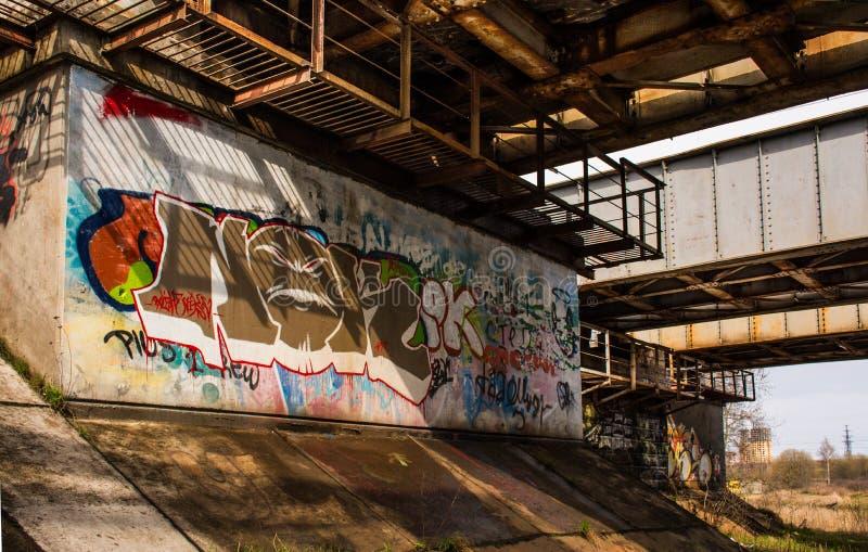 Graffiti onder de spoorwegbrug stock fotografie