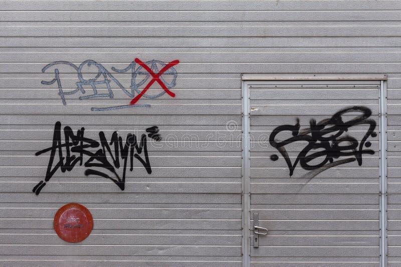Graffiti op de deur van de metaalgarage stock afbeeldingen