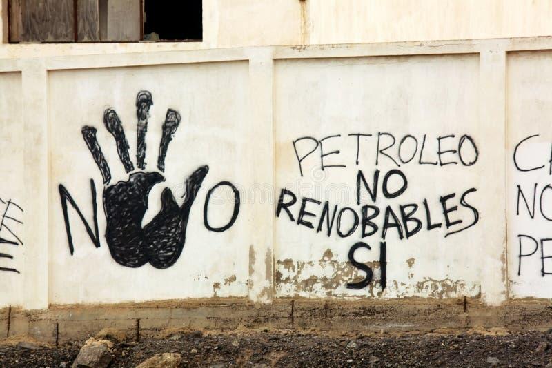 Graffiti op een muur dichtbij aardoliedepots Lanzarote, Spanje stock fotografie