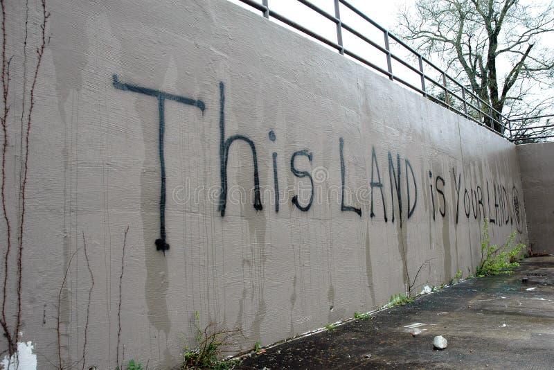 Graffiti op een openluchtmuur stock foto
