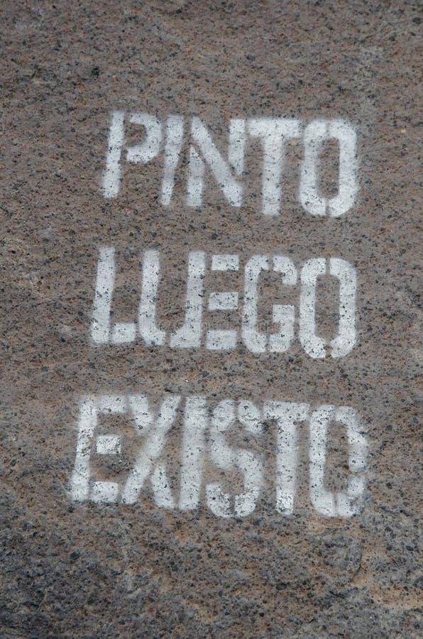 Graffiti op een rots: ` I verf daarom ben ik ` stock foto's