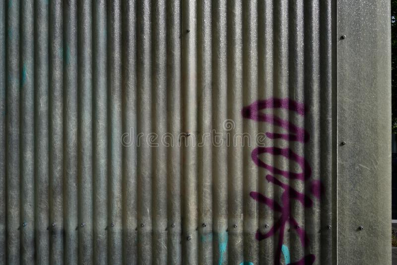 Graffiti op golf plastic muur stock afbeelding