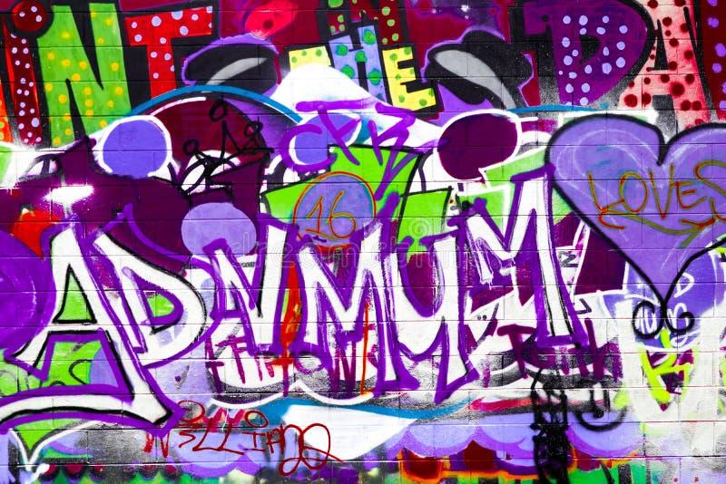 Graffiti op Tennisbaanspelling ADV MUM stock afbeeldingen
