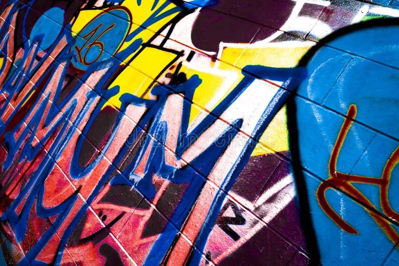 Graffiti op Tennisbaanspelling MUM stock fotografie