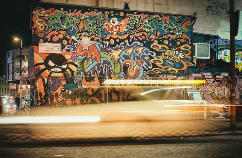 Graffiti Reeperbahn Kiez czasu ujawnienia żarówki Hamburski taxi fotografia royalty free