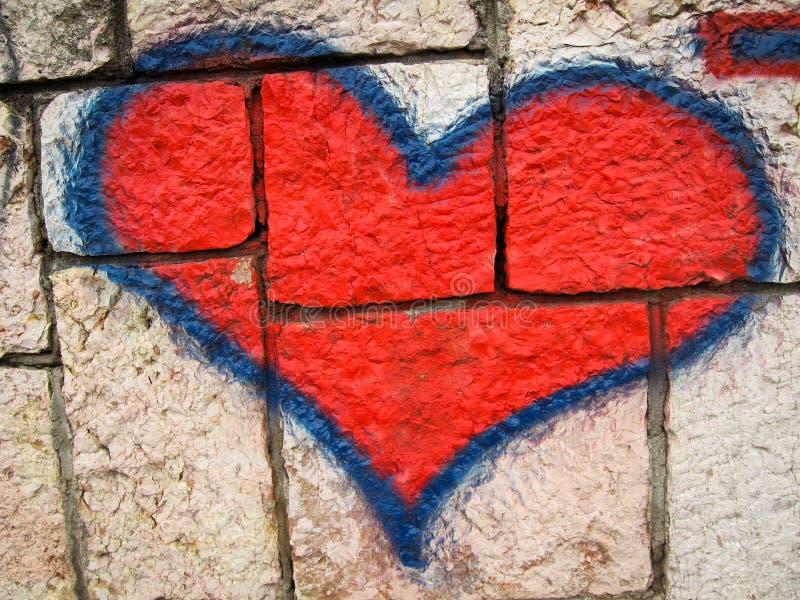 Graffiti rossi del cuore sul muro di mattoni fotografie stock libere da diritti