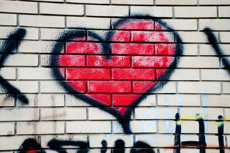 graffiti rouge de coeur sur le mur de briques photo ditorial image du dessin configuration. Black Bedroom Furniture Sets. Home Design Ideas