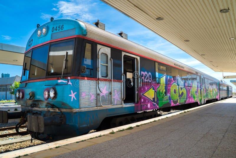Graffiti-Spray gemalter Zug an der Station stockfoto
