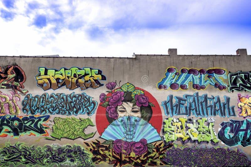 Graffiti su una vecchia costruzione di mattone immagine stock libera da diritti