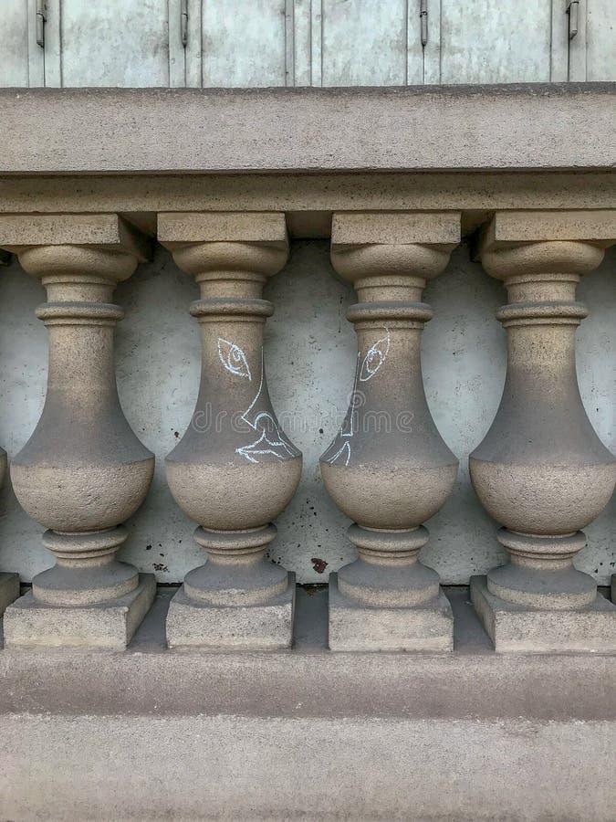 Graffiti sul fronte di costruzione delle forme delle colonne, Parigi immagini stock