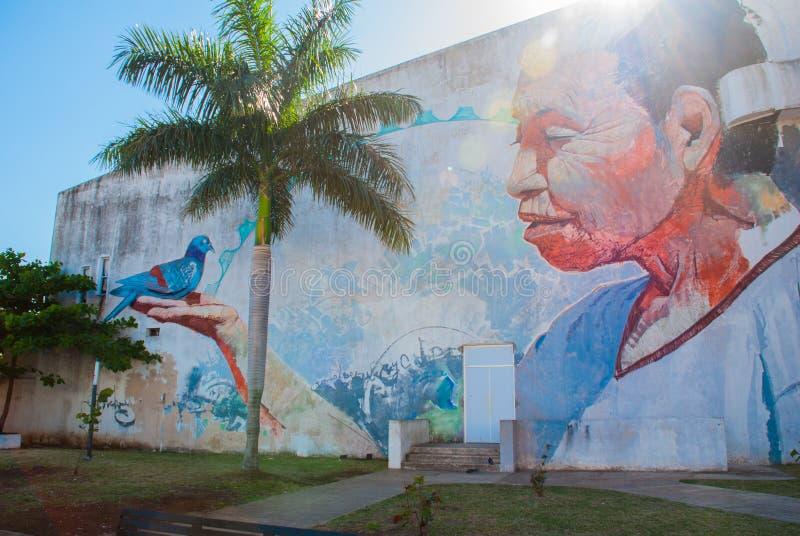 Graffiti sulla parete di una costruzione nella città Campeche, disegno un uomo sul suo mano che una colomba si siede San Francisc immagini stock libere da diritti