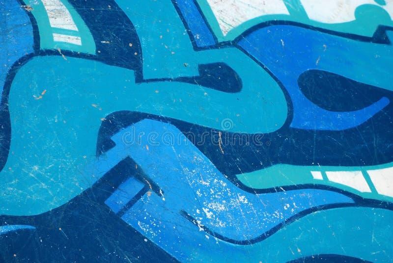 Graffiti sulla priorità bassa blu della graffiatura della parete dello skatepark fotografia stock